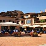 Piazzetta con bar - pizzeria e fast food: Bluebar e Caffè delle Rose