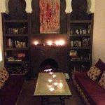 Kamin im Kerzenlicht im Aufenthaltsraum