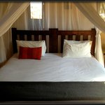 Ghwarrie chalet: a secure rondavel-type building, great bed, linens lush and luxurious, mosquito