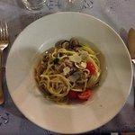 primo con pasta bianca, vongole, fiori di zucca e scaglie di parmigiano..da provare!