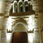 La hermosa puerta de entrada iluminada por la noche.