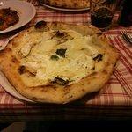 Pizza de calabacín y queso. Quemada por abajo.