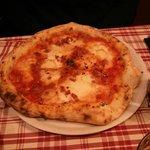 Pizza diavola, pocos ingredientes y mal distribuidos.