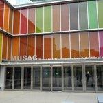 Puerta de acceso al MUSAC.