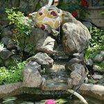 Fontanella in giardino ( con pescolini rossi)