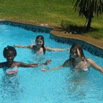 Die Kinder im Pool