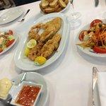 Frittura di pesce e insalate