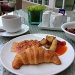 the poolside breakfast