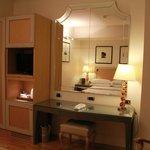mesa, armario com cofre e TV