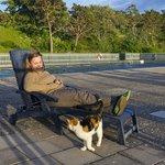 Я с местным котиком на фоне бассейна