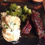 Magret de canard au miel et quatres épices, gratin dauphinois et broccoli