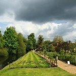 Schöne Regenwolkenkulisse vor Hever Castle
