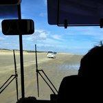Sand Safari Bus auf 90-Mile-Beach