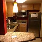 Küche mit riesem Kühlschrank, Spülmaschine etc.
