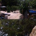 vista a meta strada tra interno hotel e spiaggia
