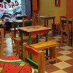 miren las mesas!!! pintadas, cada una es distinta y única!!