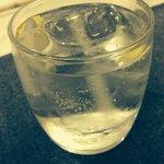 Chupito de gin tonic gentileza de la casa