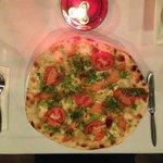 Pizza salmon tomato lettuce