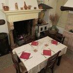 insieme ad altri ospiti nella splendita cucina con camino e fornelli a carbone