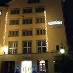 fachada do hotel noturna