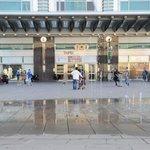 ビルの北側玄関には噴水が有り、BGMとともに様様なパターンで水を噴き上げています。