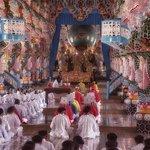 Cao Dai Tempel  binnenkamt tijdens ceremonie
