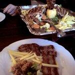Platte und Teller beim Essen.