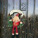 la puerta de las habitaciones preparadas para recibir la Navidad
