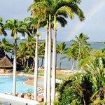 朝起きて、バルコニーで一服しようと外にでたら、偶然 虹と豪華客船が!!