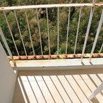 крохотный ржавый грязный балкон