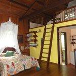O quarto é muito bonito e confortável.