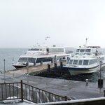 琵琶湖汽船(左)とオーミマリン(右)が停泊中の竹生島港