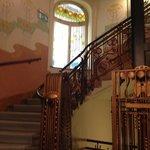 le scale, le vetrate liberty e il particolare ascensore