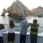 niños contemplando el paisaje