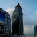 Blick auf das Hotel vom Bahnsteig der MRT-Station