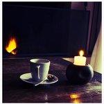 Detalles como café y fuego en la chimenea.