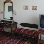 Desk and luggage shelf
