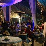 庭では豪華な結婚式が