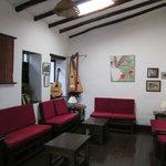 Sala de estar con juegos de mesa e instrumentos musicales