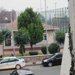 Blick von Zimmerfenster an Seitenstraße