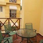Balcón  con sillones y mesa