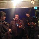 Уличные музыканты, которые заходили в гости в отель)