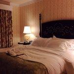 Room 812 / Deluxe Suite - King Bed