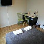 Fernseherm Schreibtisch und Minibar