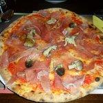 Pizza de jamón y champiñones silvestres
