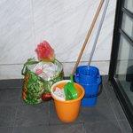 Putzmittel und Abfall auf dem Balkon