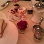 Завтрак. На каждом столе - свежая роза!