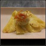 Gelato alla crema su letto di ananas