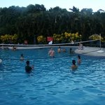 Piscina del hotel, partido de volleyball