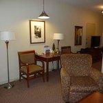 one-bedroom, single queen suite with kitchenette